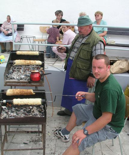 Tradiční němčičská specialita trdelníky, nebo-li trdla, opékané přímo na ohni.