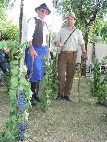 V pásmu zarážení hory se na druhém vinařském dnu v Němčičkách představili v roli hotařů, nebo-li hlídačů vinic, Václav Komárek (vlevo) a Jan Hádlík.