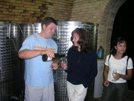 Na druhém vinařském dnu v Němčičkách otevřel svůj sklep také Radim Stávek, který na snímku nalévá víno jedné z návštěvnic z Tábora.